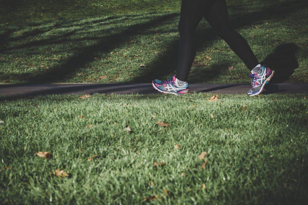 Laufen ist auch für die Generation 59plus eine gesunde und vor allem kostengünstige Sportart. Bildquelle: © Arek Adeoye / Unsplash.com
