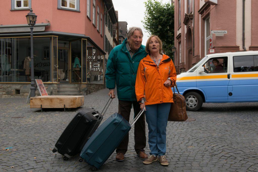 Seit vielen Jahren kennen sich Ruth Reinecke und Hansjürgen Hürrig vor und auch hinter der Kamera. Bildquelle: © ZDF / Christian Lüdecke