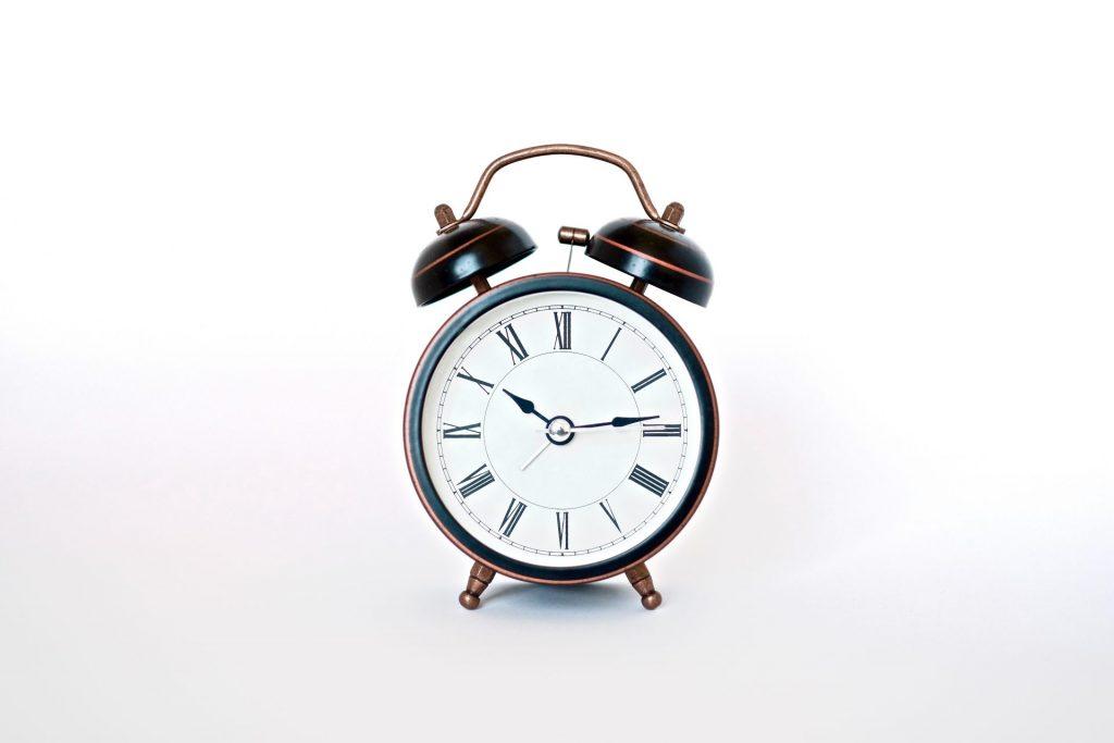 Das Privileg der Menschen die nicht mehr arbeiten müssen - keinen Wecker mehr stellen. Bildquelle: © Insung Yoon / Unsplash.com