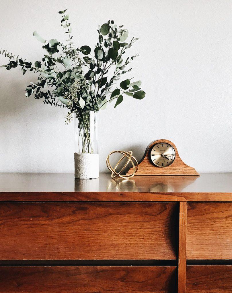 Alte Holzmöbel können in jeder Wohnung toll wirken. Geben Sie Ihnen einfach ein wenig Raum. Bildquelle: © Stephanie Harvey / Unsplash.com