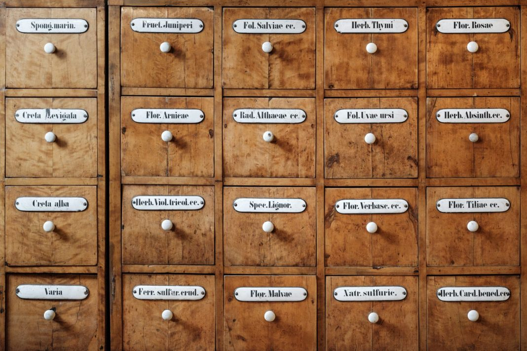 Die Apotheke bietet neben der Ausgabe von Arzneimitteln vor allem kompetente Beratung. Bildquelle: © Samuel Zeller / Unsplash.com