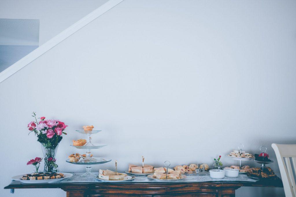 Ein Buffet ist für einen runden Geburtstag die ideale Lösung seine Gäste toll zu bewirten. Bildquelle: © Neonbrand / Unsplash.com