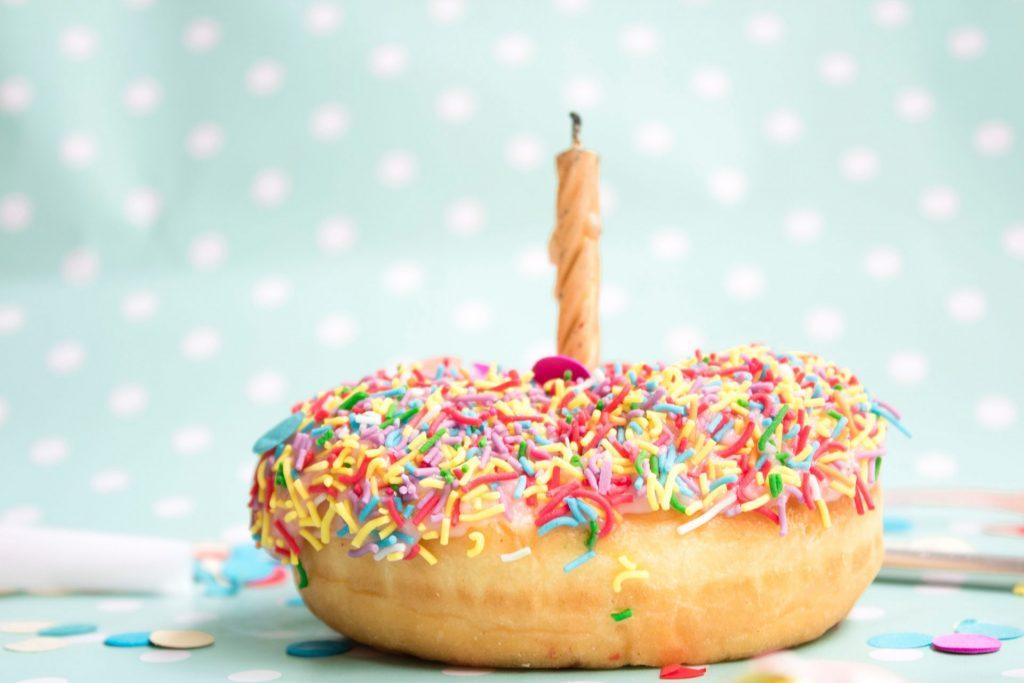 Wenn ein runder Geburtstag naht, steht oft eine große Party an. Bildquelle: ©s-o-c-i-a-l-c-u-t / Unsplash.com