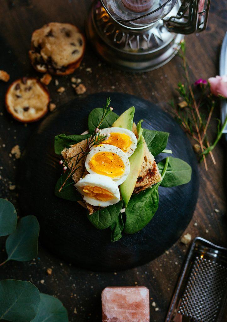 Das persönliche Gewicht lässt sich auf sehr gesunde Art und Weise, mit den richtigen Lebensmitteln, nach oben verändern. Bildquelle: © Joseph Gonzalez / Unsplash.com