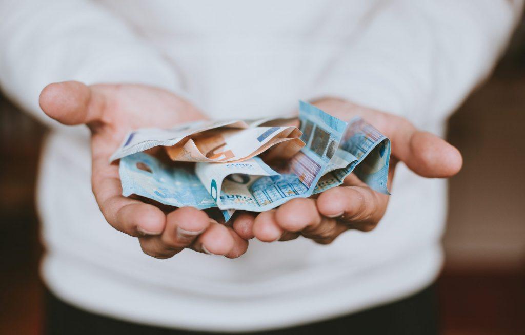 Wir Deutschen lieben unser Bargeld und tun uns schwer uns davon zu verabschieden. Bildquelle: © Christian Dubovan / Unsplash.com