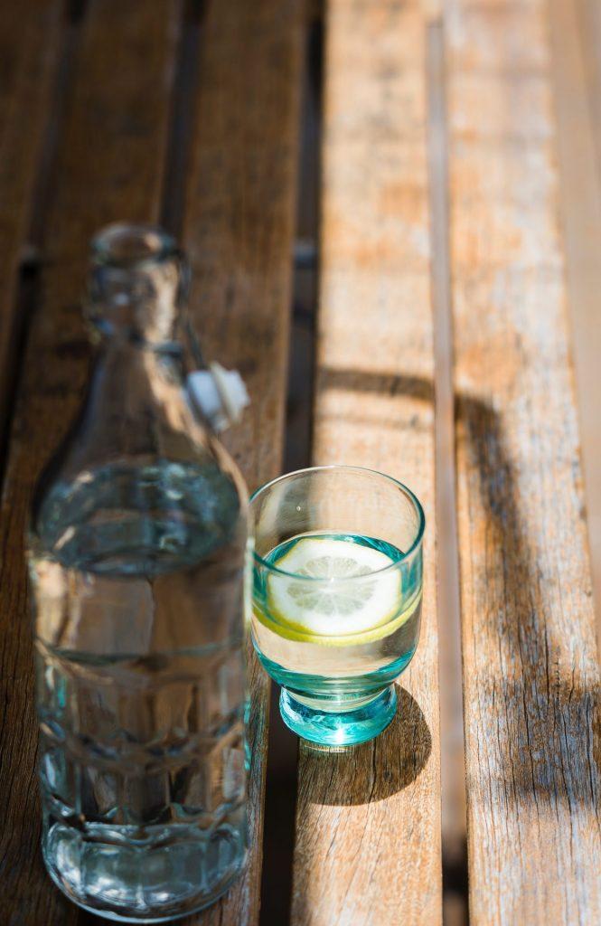 Wem einfach nur Wasser zu langweilig ist, kann durch einen Hauch Orange, Limette oder Zitrone der täglichen Ration Wasser eine frische Note geben. Bildquelle: © Tracey Hocking / Unsplash.com