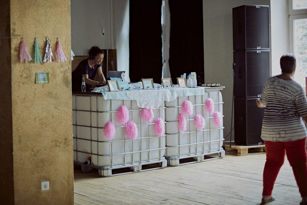 Mitra Kassai aka DJ Rita am Mischpult im Einsatz. Bildquelle: © 59plus GmbH