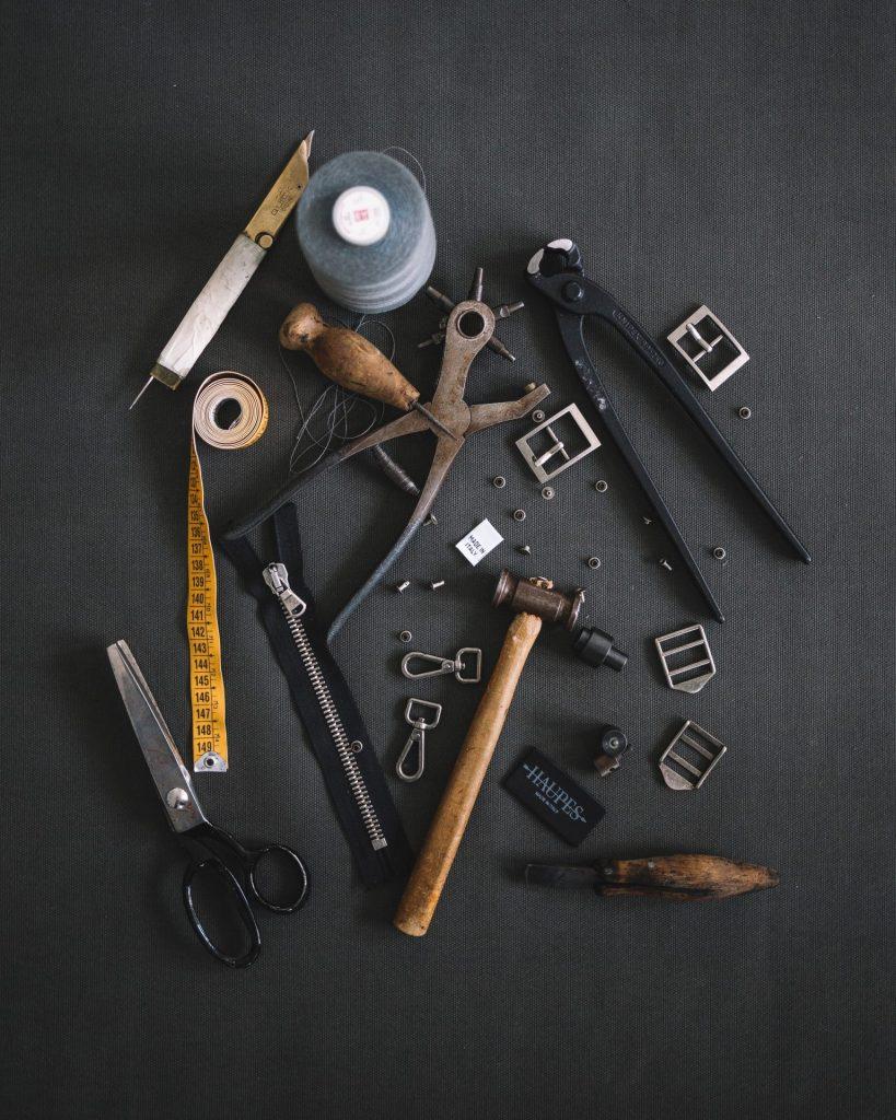 In der Verarbeitung ist Leder ein ganz anderes Material als Wollfilz. Bildquelle: © Haupes Co. / Unsplash.com