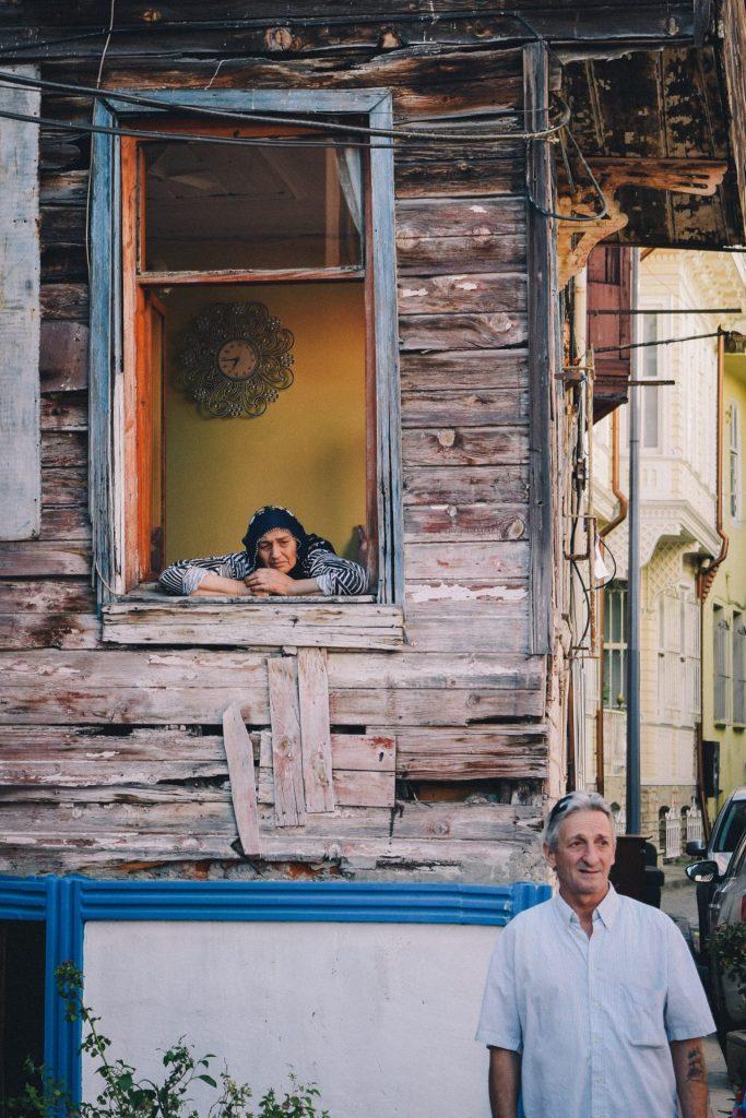 Mefküre Ülker versucht Brücken zu bauen und damit mehr Verständnis für die Diagnose Demenz zu schaffen. Bildquelle: © Rostyslav Savchyn / Unsplash.com