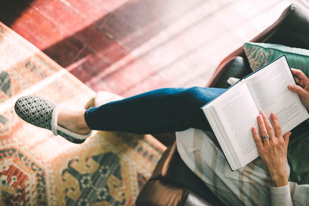 Wohfühl-Faktor: Hausschuhe aus natürlichen MaterialienPhoto by Julie Johnson on Unsplash