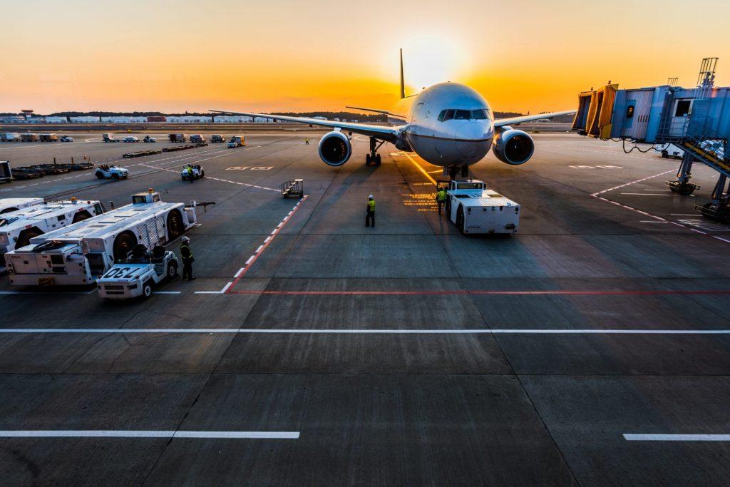 Bereits im Flieger sollte man gut vorbereitet sein, denn dort besteht nicht selten die Gefahr sich eine ordentliche Erkältung einzufangen. Bildquelle: © Ken Yam / Unsplash.com