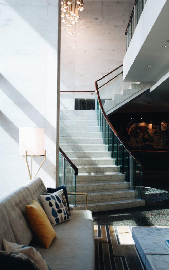 Das Wohnambiente sollte durch einen Treppenlift so wenig wie möglich beeinträchtigt werden. Bildquelle: © Rhema Kallianpur / Unsplash.com