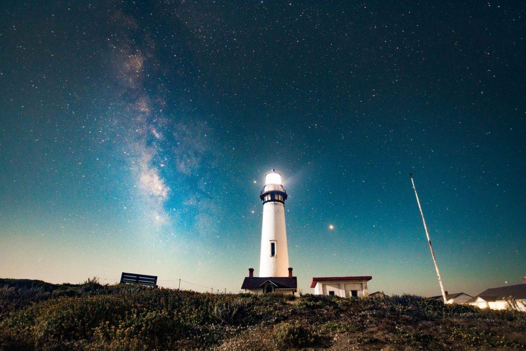 Ähnlich wie ein Leuchtturm, kann eine durchdachte Wohnungsanpassung dem an Demenz erkrankten Menschen viel mehr Orientierung geben. Bildquelle: © Allen Cai / Unsplash.com