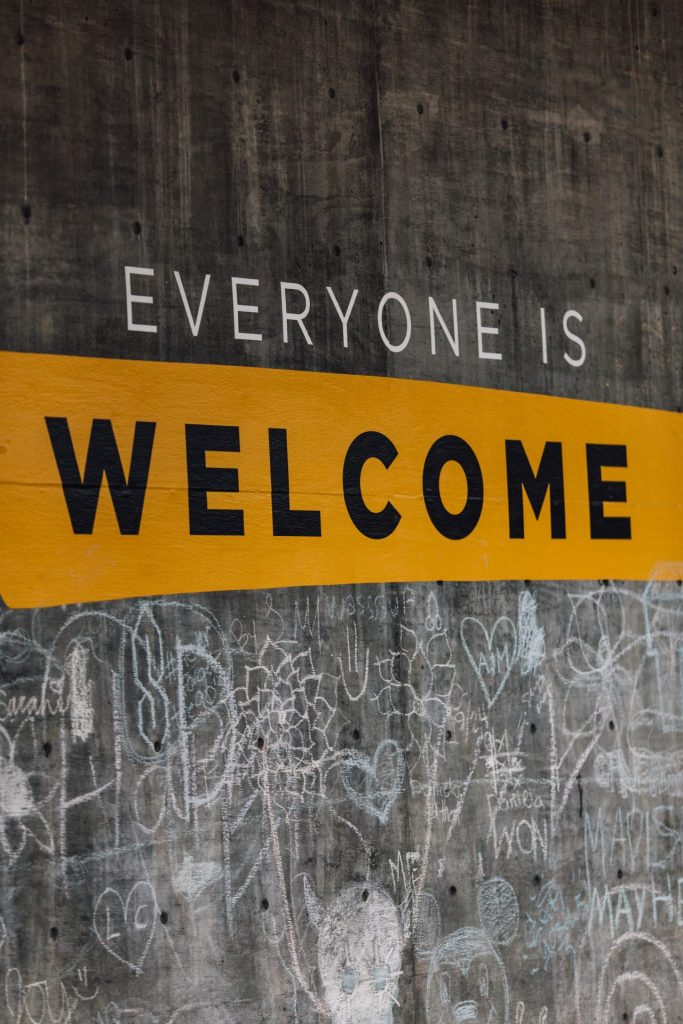 Im Hispi in Düsseldorf ist jeder herzlich willkommen, der das Projekt aktiv und ehrenamtlich unterstützen möchte. Bildquelle: © Katie Moum / Unsplash.com