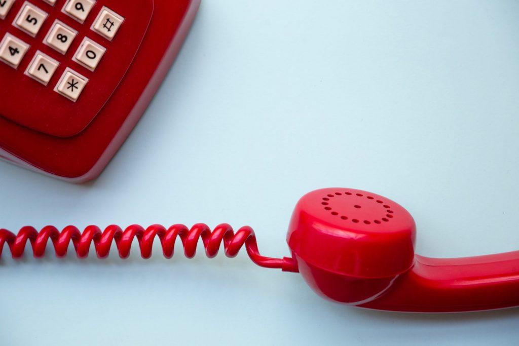 Warum schwer, wenn es doch einfacher geht. Mit einem Seniorentelefon können wir uns den Alltag deutlich erleichtern. Bildquelle: © Miryam Leo / Unsplash.com