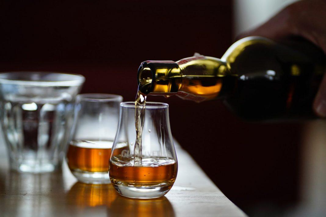 Whisky ist inzwischen nicht nur ein Getränk, sondern durchaus eine ganz eigene Philosophie. Bildquelle: © Dylan de Jonge / Unsplash.com