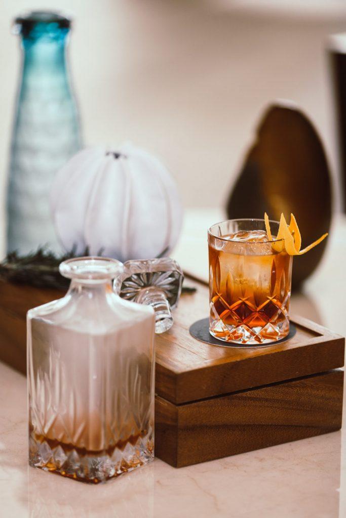 Natürlich trinkt das Auge immer ein Stück weit mit. Das richtige Glas ist für einen guten Whisky natürlich ebenfalls entscheidend. Bildquelle: © Marc Babin / Unsplash.com