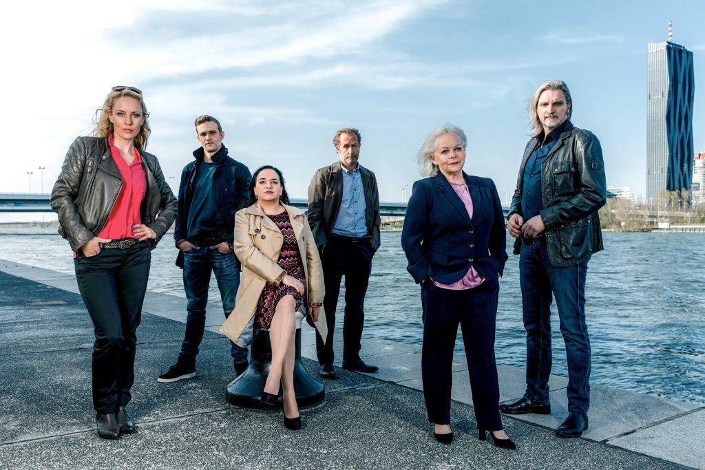 Brigitte Kren im Kreise ihrer Schauspielkollegen bei der SOKO Wien. Sie ist jedoch auch darüber hinaus als Schaupielerin sehr gefragt. Bildquelle: © ZDF/Roman Zach-Kiesling