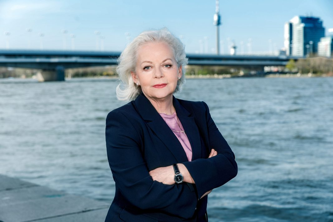 Brigitte Kren begeistert seit Jahren viele Fernsehzuschauer als SOKO Chefin Dr. Henriette Oberst in Wien. Bildquelle: © ZDF/Roman Zach-Kiesling
