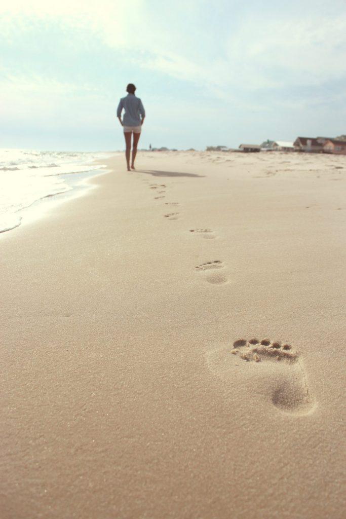 Wir sollten unseren Füßen auch immer mal wieder eine Auszeit gönnen. Bildquelle: © Zack Minor / Unsplash.com