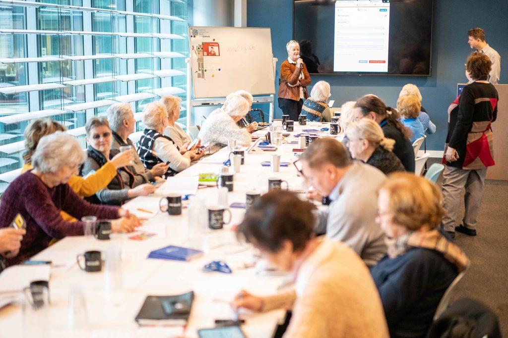 Die Teilnehmer sind jede Woche mit Freude und Interesse bei der Sache. Bildquelle: © Wege aus der Einsamkeit e. V.