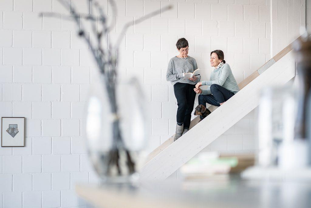 Franca Pilz und Katharina Martini laden Sie herzlich zum Lesen im Loft ein. Bildquelle: © Lesen im Loft