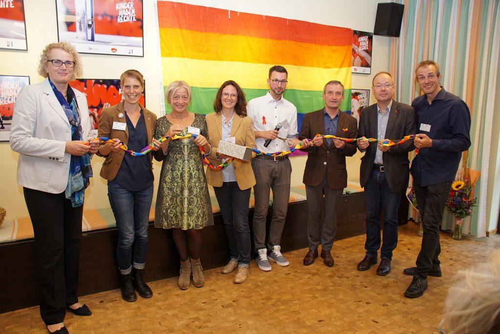 Im September 2019 wurde die Fachstelle in Düsseldorf erfolgreich eingeweiht. Bildquelle: © Altern unterm Regenbogen