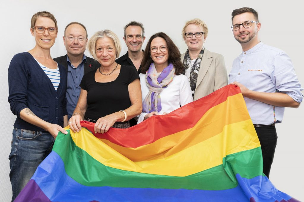 """Dr. Inka Wilhelm (1. von links) und Eva Bujny (3. von links) sind maßgeblich an dem Aufbau der Fachstelle """"Altern unterm Regenbogen"""" verantwortlich. Bildquelle: © """"Altern unterm Regenbogen"""""""