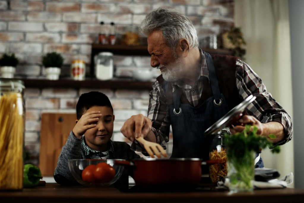 Gemeinsames Zubereiten von frischen Speisen gemeinsam mit dem Enkelkind bereitet zudem auch noch große Freude. Bildquelle: stock.adobe.com @JustLife