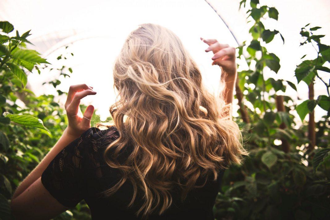 Wenn die Haare dünn und grau werden, dann nagt das nicht selten an unserem Selbstwertgefühl. Es gibt jedoch heutzutage innovative Möglichkeiten sich seine Haarpracht zu erhalten. Bildquelle: © Tim Mossholder / Unsplash.com