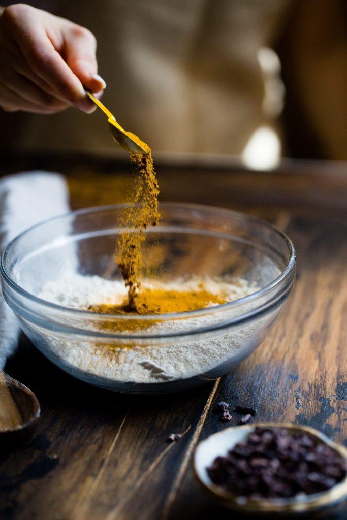 Vor allem in der indischen Küche ist Kurkuma sehr beliebt. Es kann aber auch über Nahrungsergänzungsmittel dem Körper zugeführt werden. Bildquelle: © Taylor Kiser / Unsplash.com
