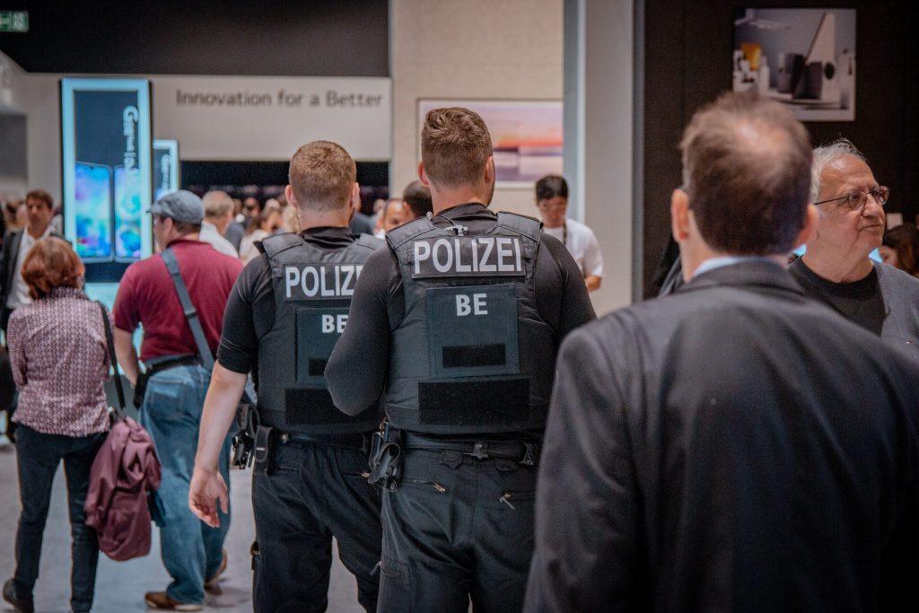 Ob auf Messen oder anderen Großveranstaltungen, der Bedarf an Sicherheitsfachkräften steigt immer mehr. Bildquelle: © Leon Seibert / Unsplash.com