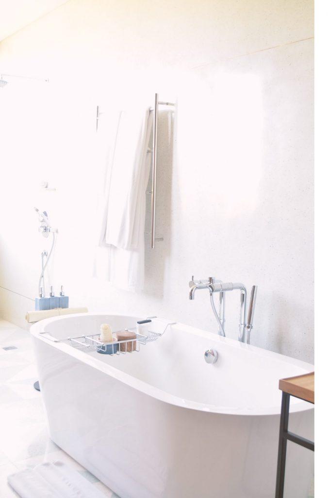 Modern bedeutet nicht gleich klat und ungemütlich. Vor allem im Bad wirkt Edelstahl oft sehr wertig. Bildquelle: © Phebe Tan / Unsplash.com