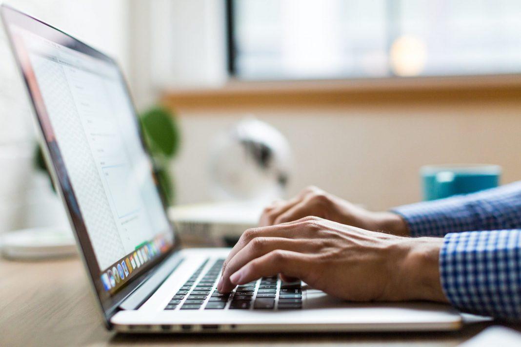 Mit unseren Laptops sind wir jederzeit in der Lage uns den Zugang in die digitale Welt zu verschaffen. Bildquelle: © Burst / Unsplash.com