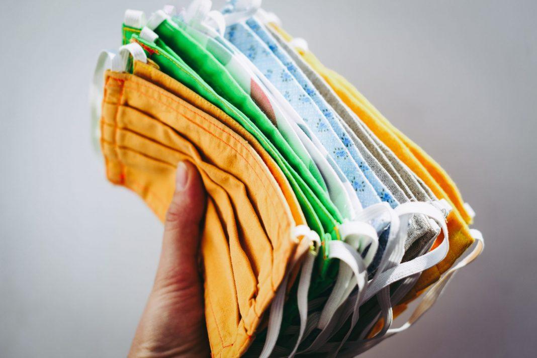 Inzwischen sind sich Virologen und Politiker einig, dass Schutzmasken im Alltagsleben notwendig sind. Bildquelle: © Vera Davidova / Unsplash.com