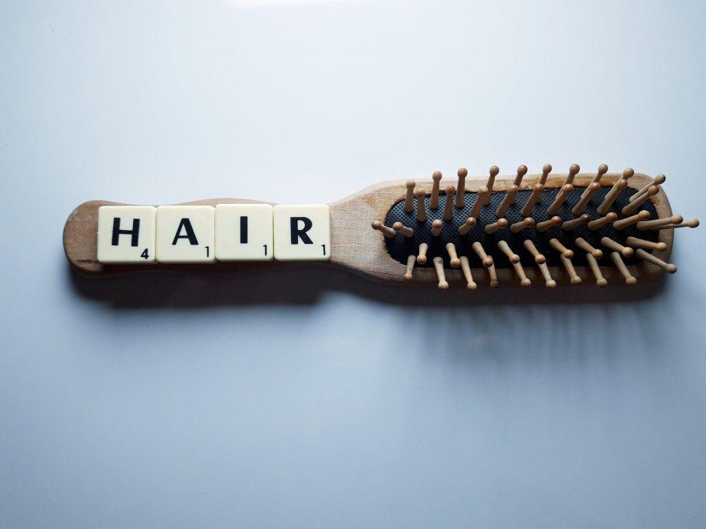 Beim täglichen Haare bürsten fällt uns meistens als erstes auf, ob wir besonders viele Haare verlieren. Bildquelle: © pixabay.com