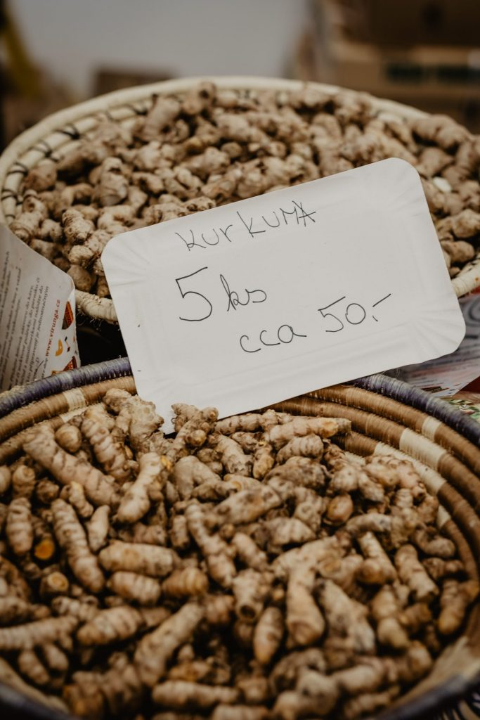 Eher unscheinbar sieht die Gelbwurzel zunächst aus bevor sie zu Pulver verarbeitet wird. Bildquelle: © Victoria Priessnitz / Unsplash.com