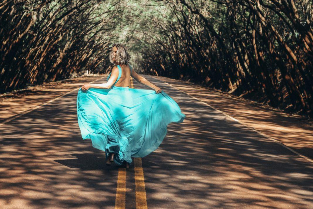 Weite, aber weibliche Schnitte und leuchtende Farben sind in diesem Jahr topaktuell. Bildquelle: © Raphael Lovaski / Unsplash.com