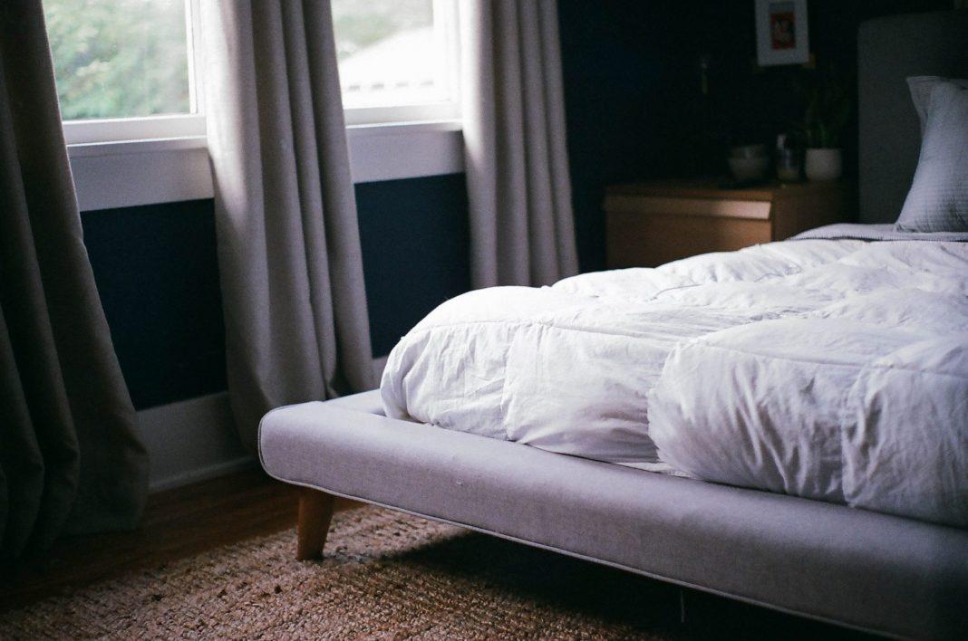 Eine Pflegematratze hilft im täglichen Alltag einen Pflegenden zu versorgen. Bildquelle: © Ty Carlson / Unsplash.com