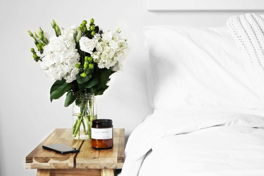 Auch mit einer Pflegematratze kann und darf ein Schlafzimmer ein schönes Ambiente haben. Bildquelle: © Logan Nolin / Unsplash.com