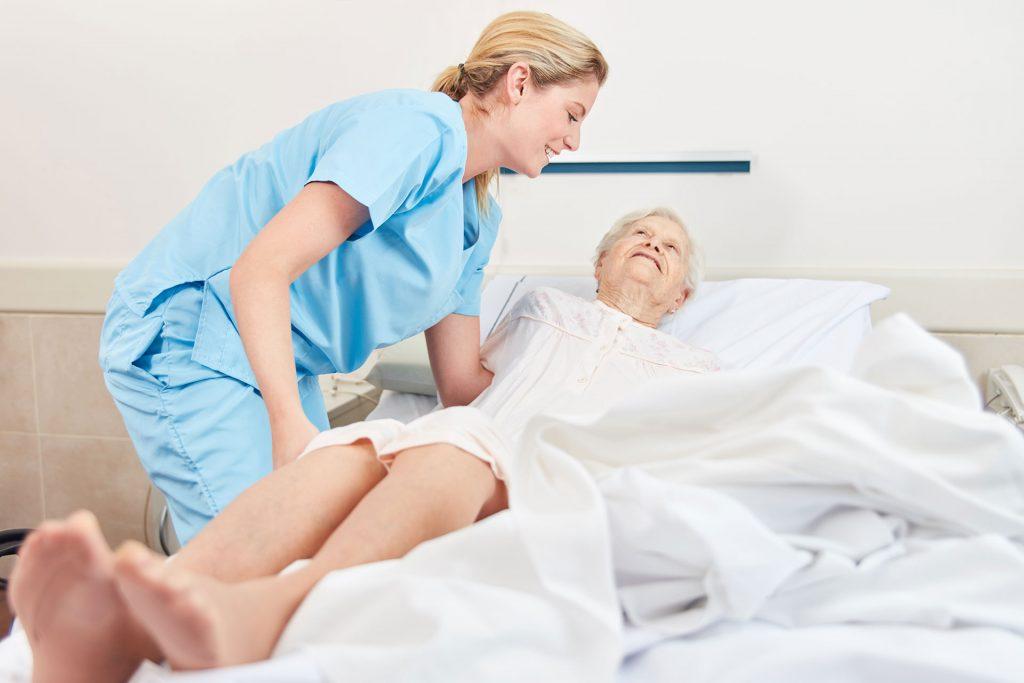 Gerade pflegebedürftige Menschen verbringen die meiste Zeit des Tages liegend im Bett. Dann ist eine richtige Matratze nochmal wichtiger als im normalen Alltag. Bildquelle: © adobe Stock