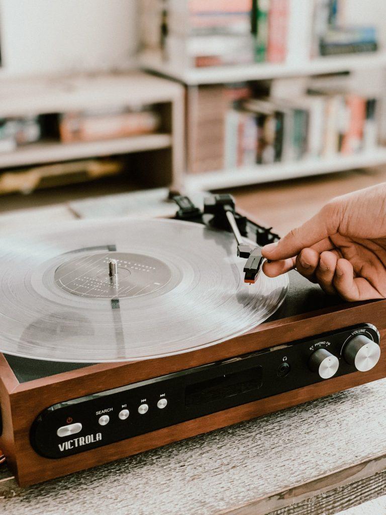 Damit wir möglichst lange Spaß an unseren Schallplatten haben lohnt es sich diese immer mal wieder richtig zu reinigen. Bildquelle: © Victrola Record Players / Unsplash.com
