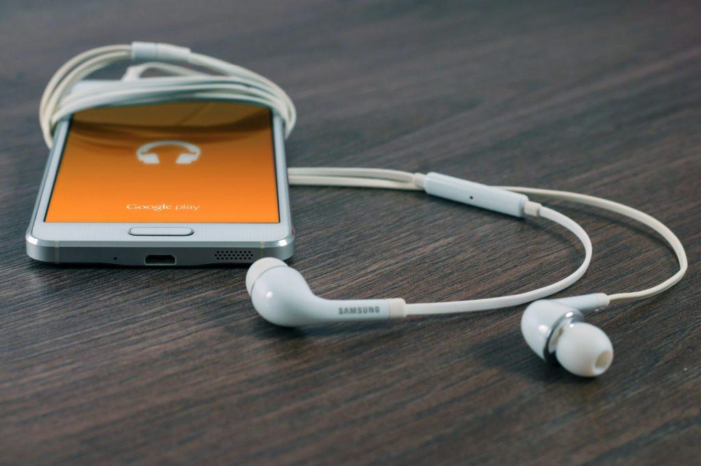 Heute wird ein Großteil der Musik direkt über das Internet gestreamt und kann so quasi auf jedem Gerät gehört werden. Bildquelle: © William Iven / Unsplash.com