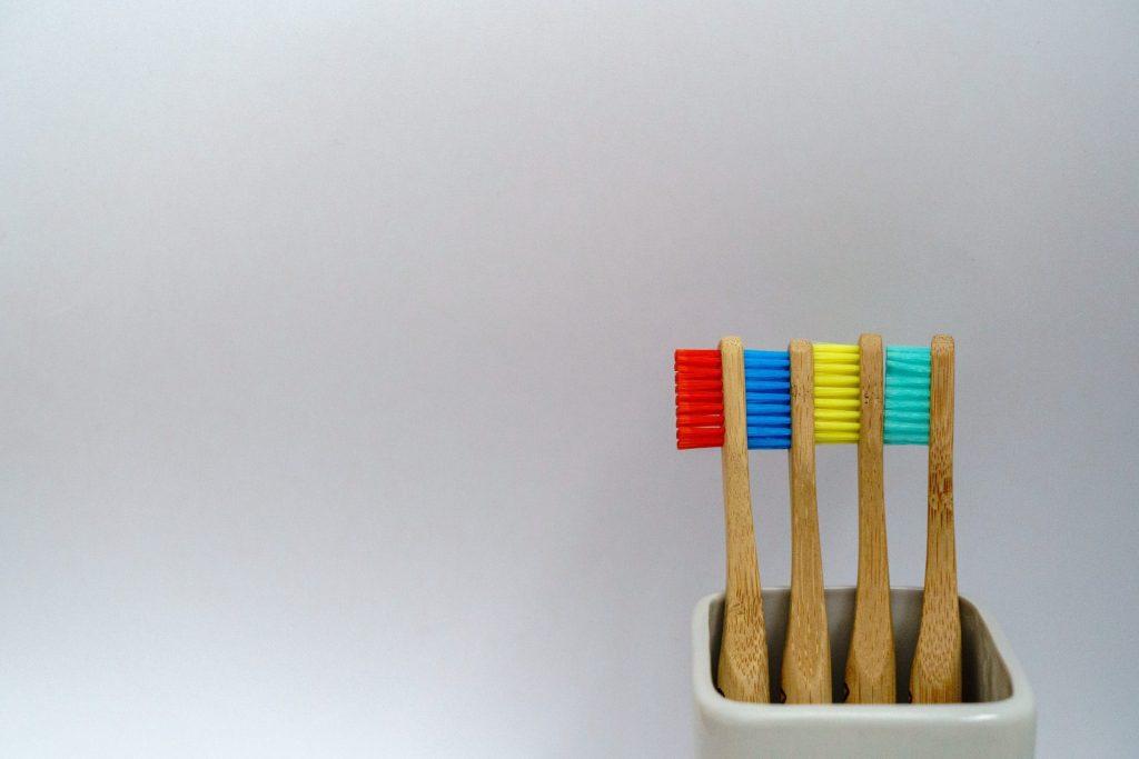 Die richtige Zahnbürste spielt eine entscheidende Rolle und sollte auch bei den Großeltern gut ausgewählt sein. Bildquelle: © Nick Fewings / Unsplash.com