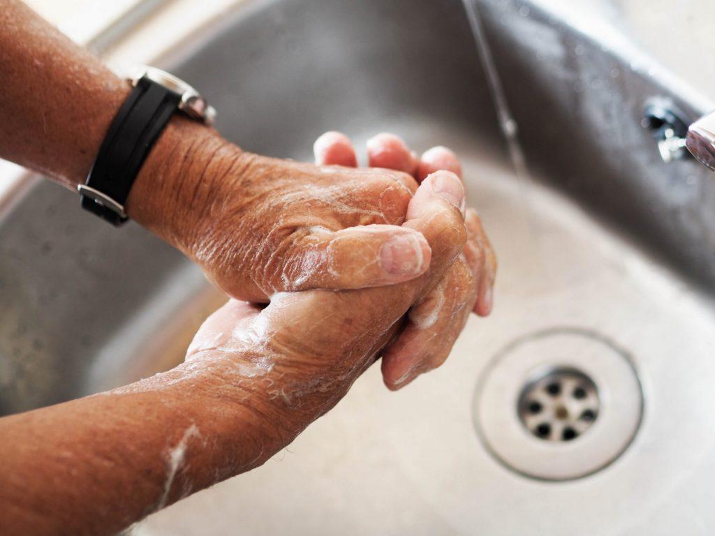 Ganz wichtig ist es die nach wie vor aktuellen Hygieneregeln wie regelmäßiges Händewaschen und das Einhalten des Mindestabstandes einzuhalten. Bildquelle: © Sean Horsburgh / Unsplash.com
