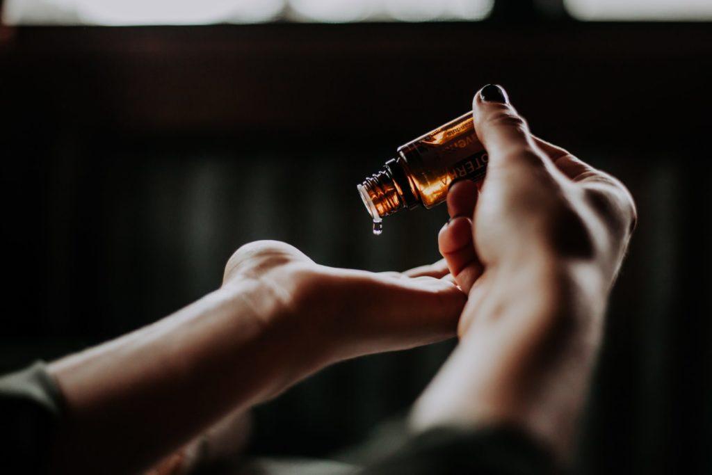 In der Apotheke bekommen Sie rezeptfreie und natürliche Schmerzmittel, die die Beschwerden ein wenig lindern können. Bildquelle: © Christin Hume / Unsplash.com