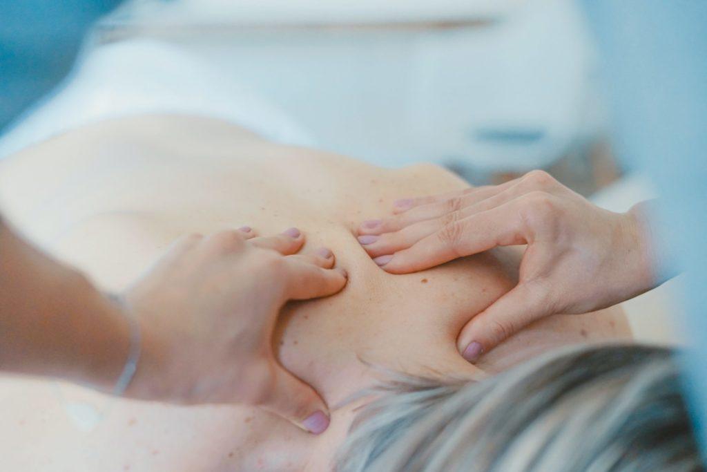 Nicht selten sorgt der Rücken nach einem arbeitsreichen Leben für chronische Schmerzen im Alter. Bildquelle: © Toa Heftiba / Unsplash.com