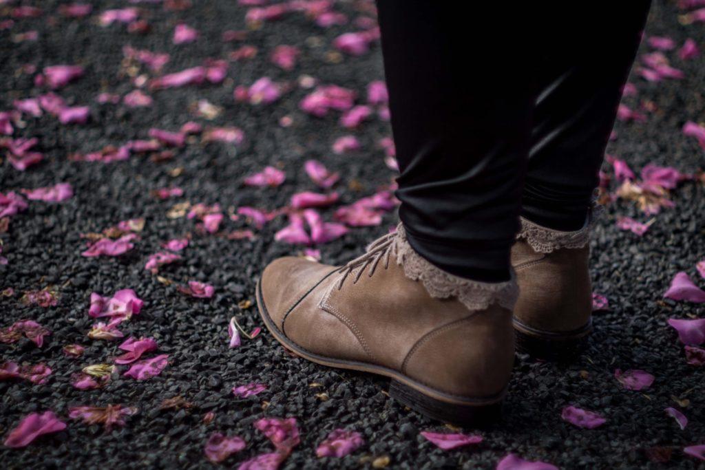Unsere Füße wollen auch im Herbst und Winter bequem und komfortabel verpackt sein, daher ist der optimal sitzende Schuh für unser Wohlbefinden unerlässlich. Bildquelle: © Josh Post / Unsplash.com