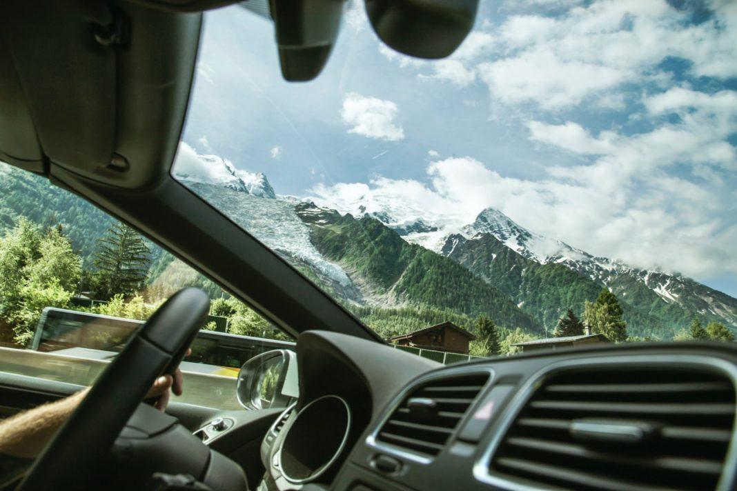 Urlaub mit dem Auto ist vor allem in Zeiten von Corona wieder sehr populär geworden. Bildquelle: © Milada Vigerova / Unsplash.com