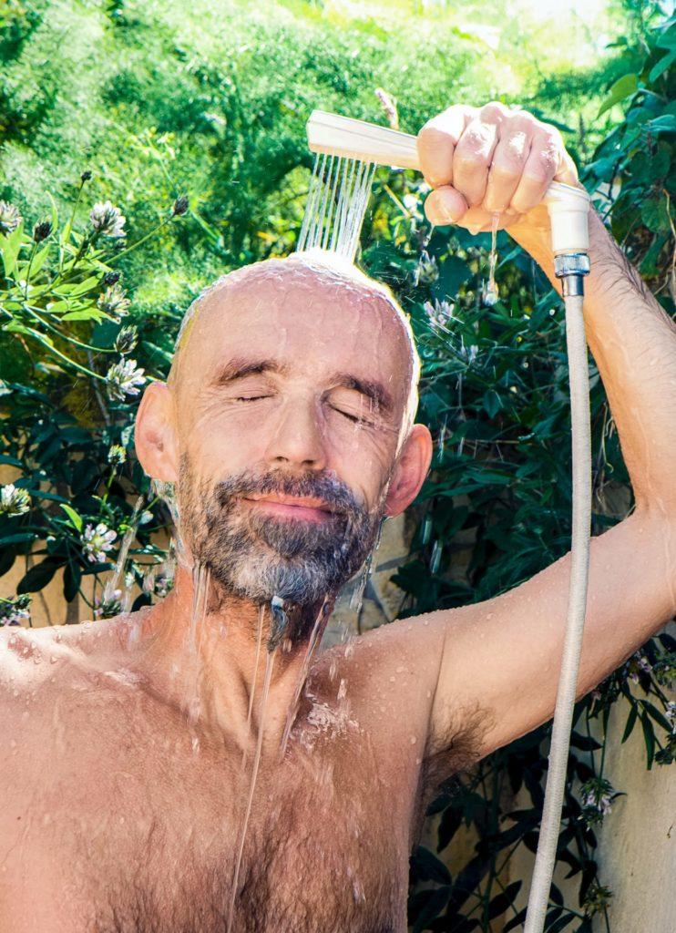 Nach getaner sportlicher Aktivität unbedingt zuerst duschen und dann das kühle Getränk auf der Terrasse oder dem Balkon genießen. Bildquelle: © Christian Buehner / Unsplash.com